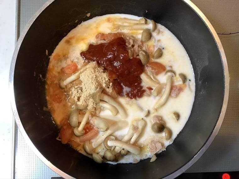 トマトクリームパスタのソースを作っているところ