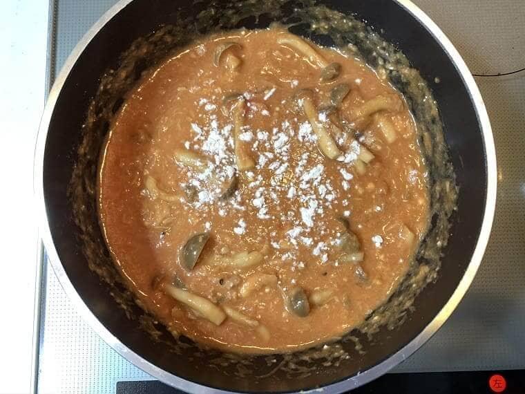 トマトクリームソースの仕上げに小麦粉を入れているところ