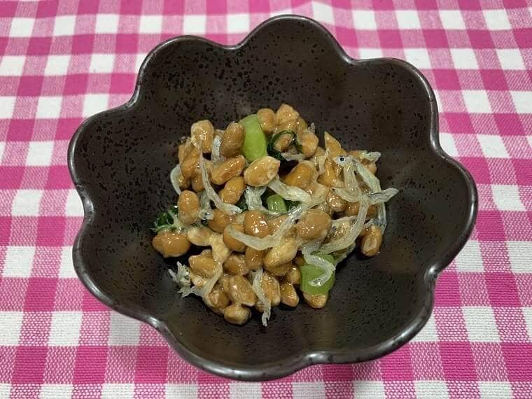 業務スーパーの納豆にちりめんじゃこと野沢菜漬けを混ぜた写真