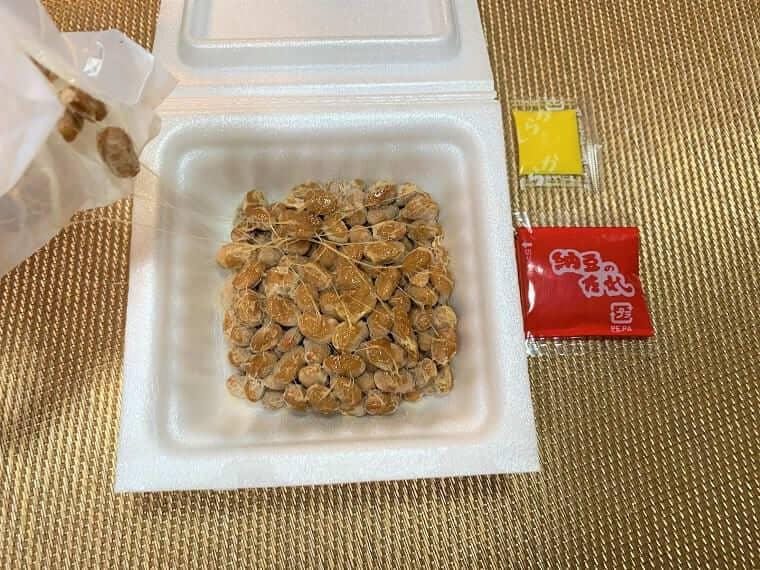 業務スーパーの納豆のフィルムを取ったところ