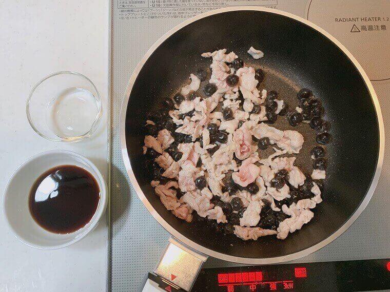 タピオカと豚肉を炒めているところ