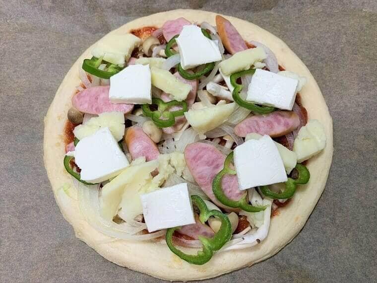 業務スーパーのクラシックピザソースで作った野菜たっぷりピザ
