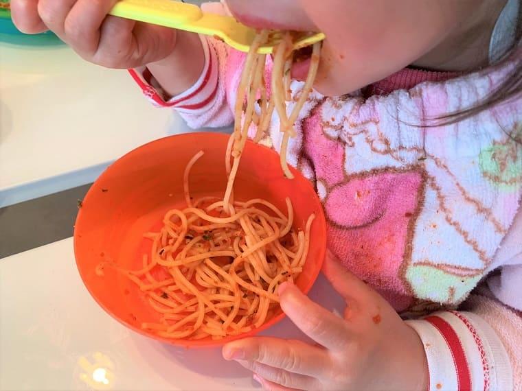 業務スーパーのクラシックピザソースで作ったパスタをパクパク食べる子供