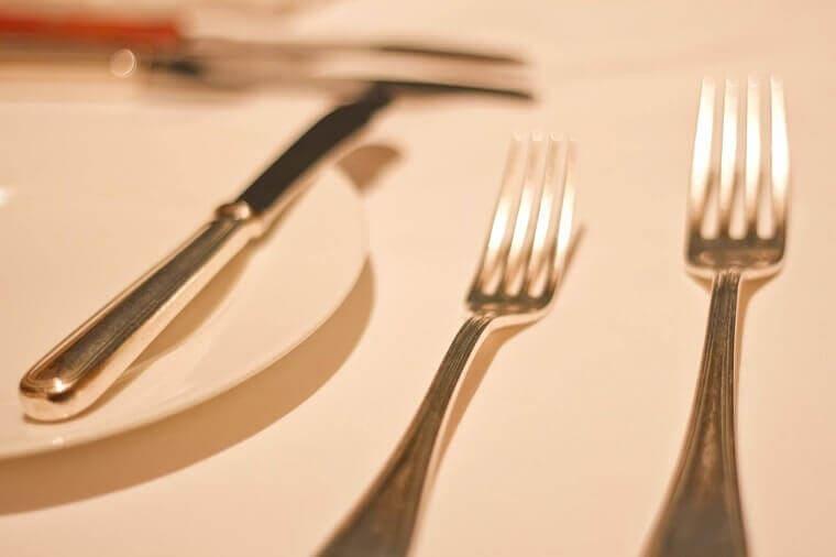 テーブルの上のナイフとフォーク