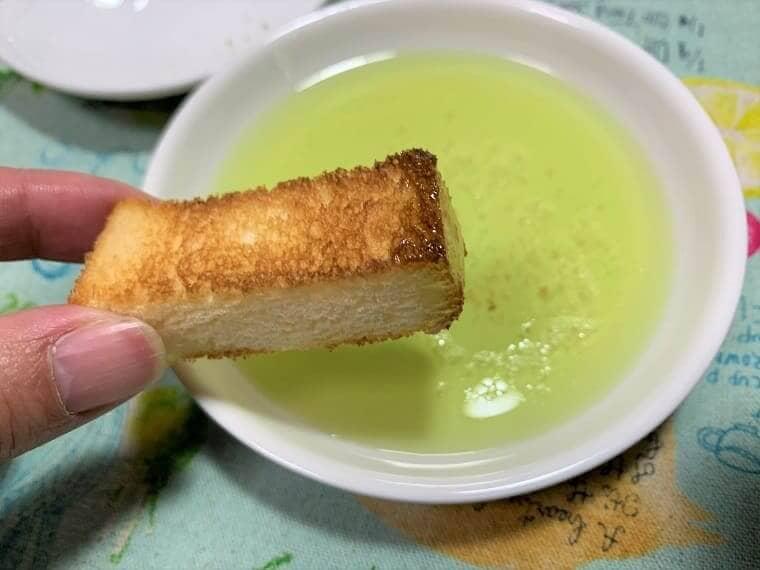 業務スーパーのオリーブポマスオイルをパンにつけた写真