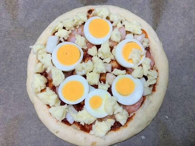 業務スーパーのピザ生地とピザソースで作ったピザ