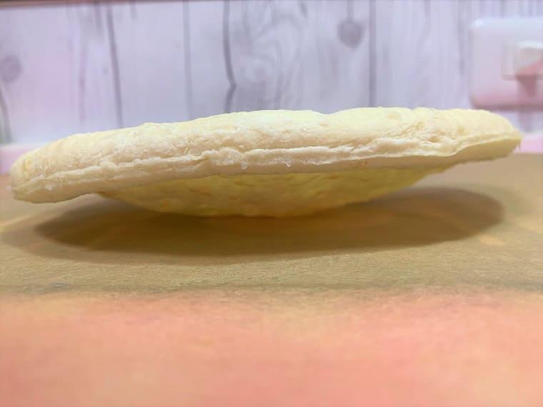 業務スーパーのピザ1枚を横から見た写真