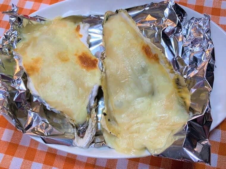 焼きあがった殻付き牡蠣グラタン