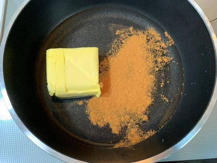 フライパンに水とバターとシナモンを入れた写真