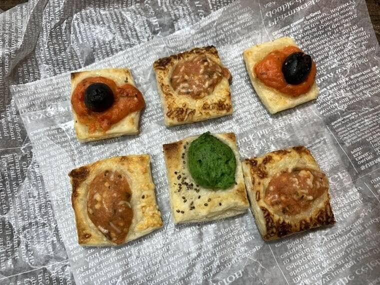 オーブントースターで加熱している最中の業務スーパーのビストロカナッペ