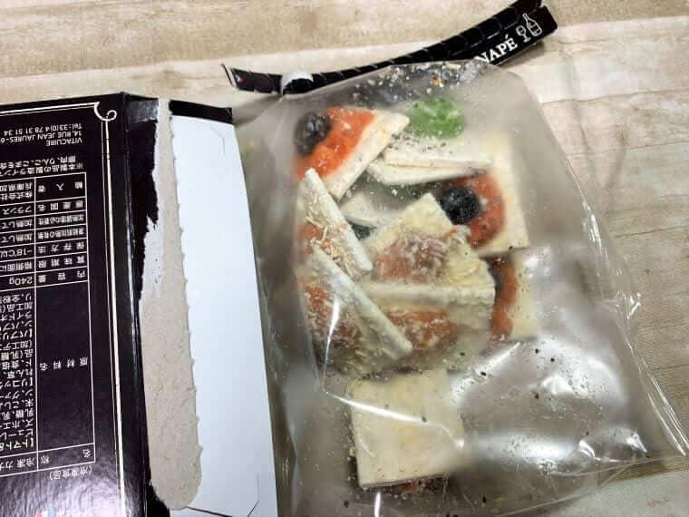 業務スーパーのビストロカナッペを箱から出した写真