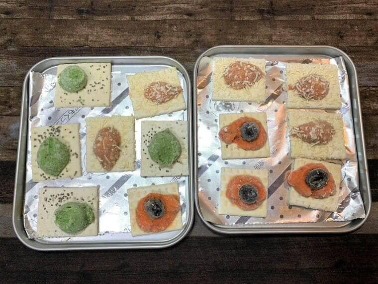 オーブントースターのトレイにアルミホイルを敷いて業務スーパーのビストロカナッペを並べた写真