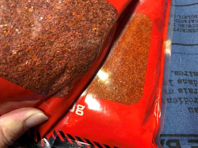 業務スーパーの一味唐辛子とキムチ用唐辛子のパッケージ写真