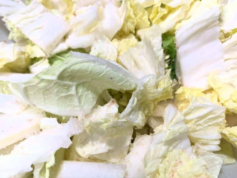 塩をまぶした白菜の写真
