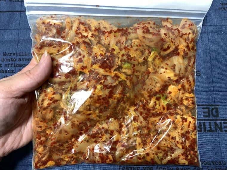 キムチ漬けの材料をよく揉みこんだ白菜