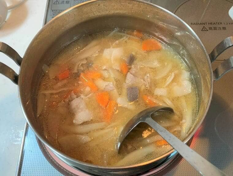 鍋いっぱいの業務スーパーの味噌汁の具で作った豚汁