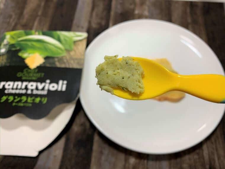 業務スーパーのラビオリチーズ&バジルの具をスプーンですくった写真