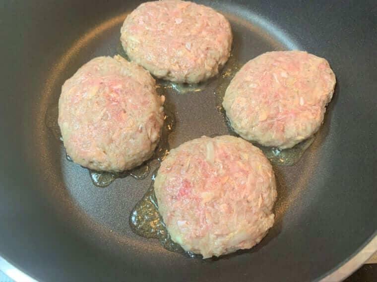 業務スーパーのツナ缶を入れて作ったハンバーグのタネをフライパンで半面焼いた写真