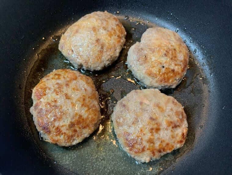 業務スーパーのツナ缶を入れて作ったハンバーグのタネをフライパンで焼いている写真