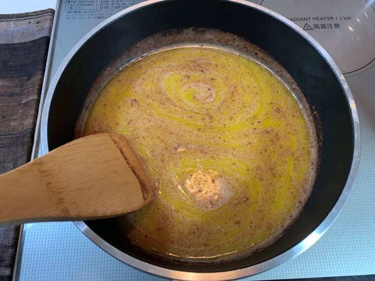 加熱して溶かした水とバターとシナモン