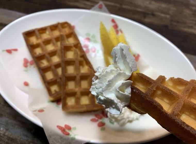 業務スーパーのエッグワッフルに業務スーパーのホイップクリームをつけた写真