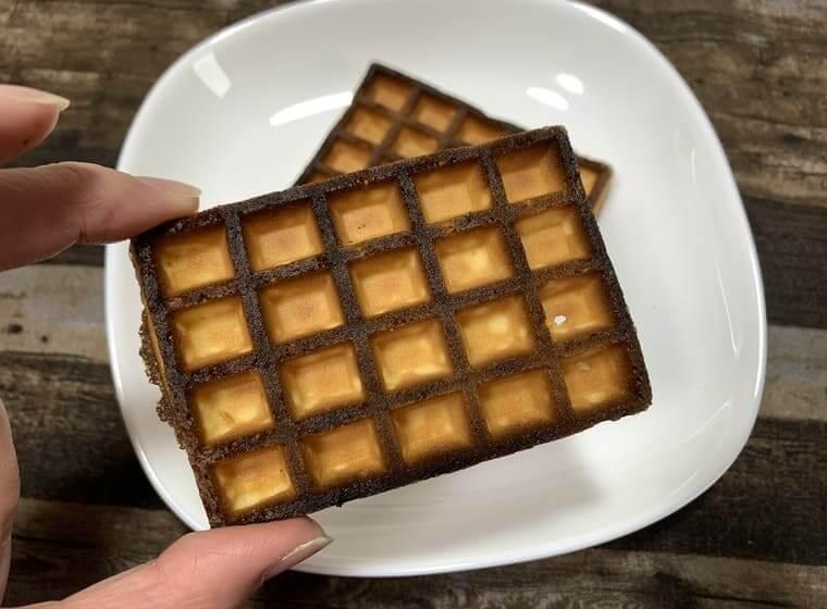 業務スーパーのエッグワッフルを3分オーブントースターで加熱した写真