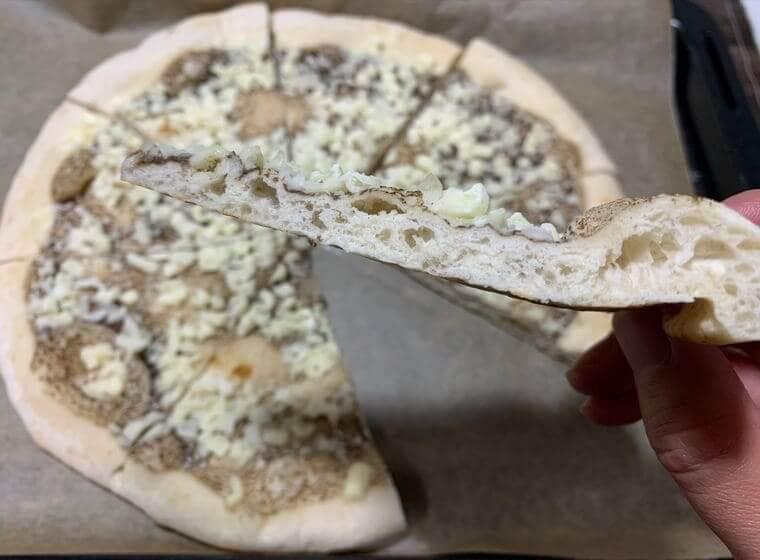 業務スーパーの冷凍トリュフピザを8つに切った写真