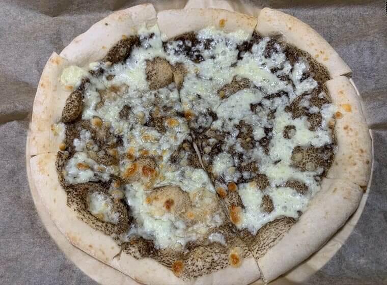 業務スーパーの冷凍トリュフピザを焼いた写真