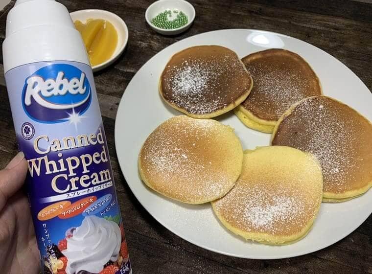 業務スーパーのホイップスプレーとパンケーキ
