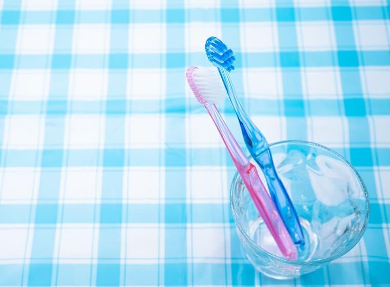グラスに立てた2本の歯ブラシ