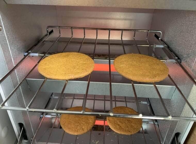 業務スーパーのスウェーデンジンジャークッキーをオーブントースターで温めているところ