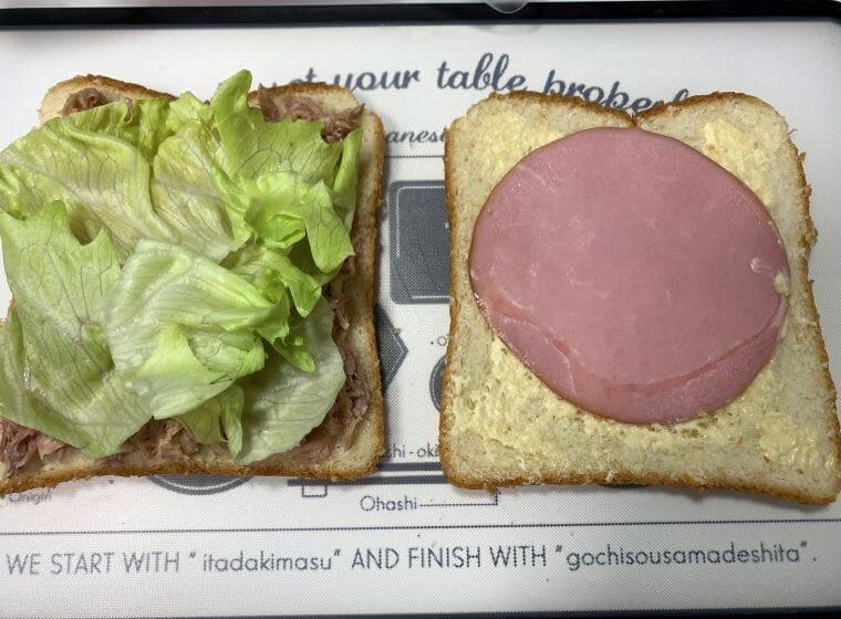 業務スーパーのロースハムをパンに乗せた写真