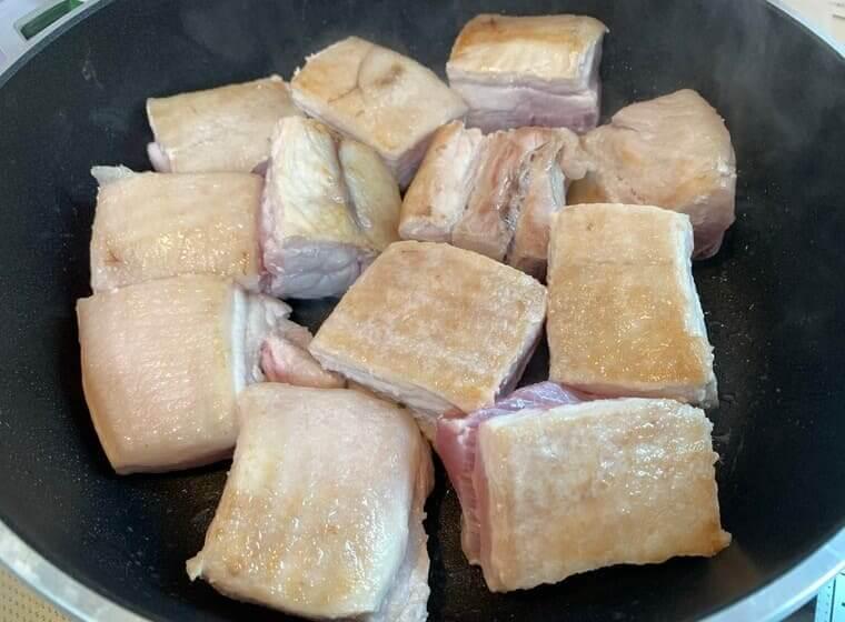 フライパンで焼き目をつけている業務スーパーの豚バラブロック