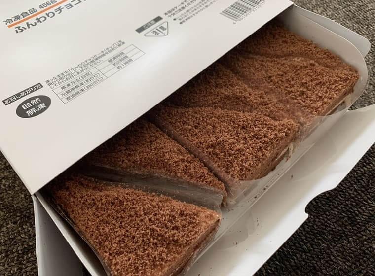業務スーパーのふんわりチョコケーキ(チップ)パッケージを開封した写真