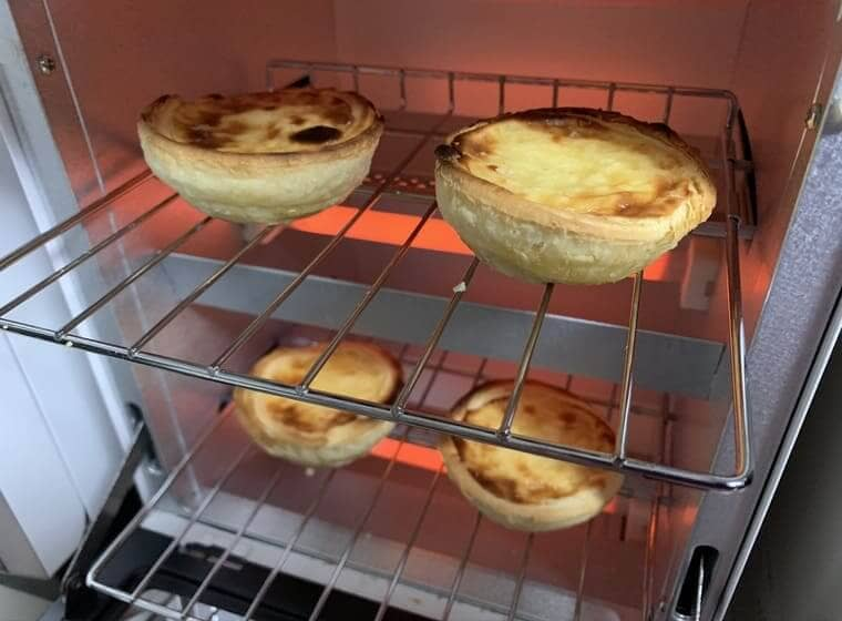業務スーパーのエッグタルトをオーブントースターで焼いている写真