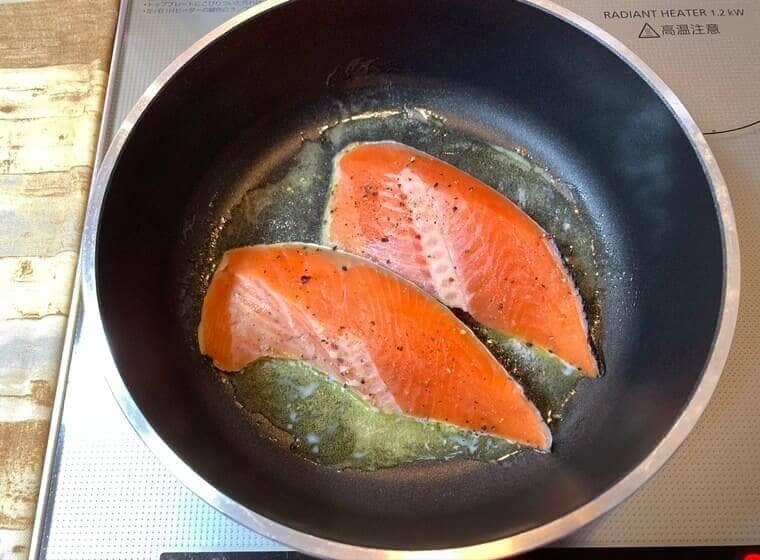 業務スーパーのバターブレンド50で鮭を焼いている写真