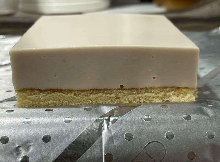 業務スーパーのストロベリーケーキをカットした写真