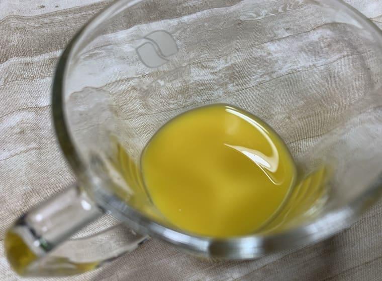 業務スーパーのシークワーサーの原液をマグカップに入れた写真